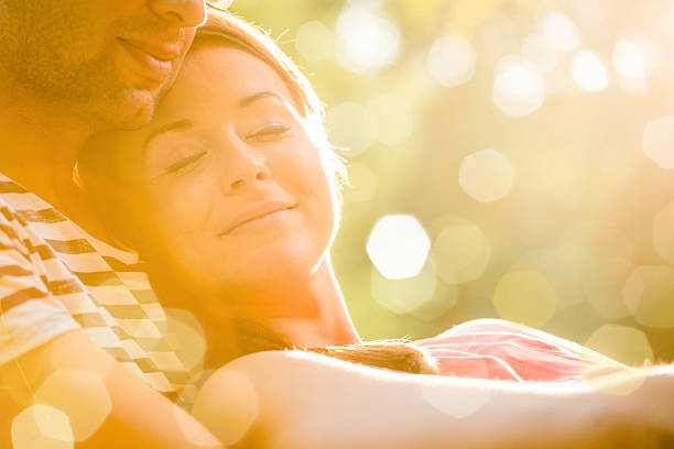 Junges Paar in Liebe umarmen – Foto