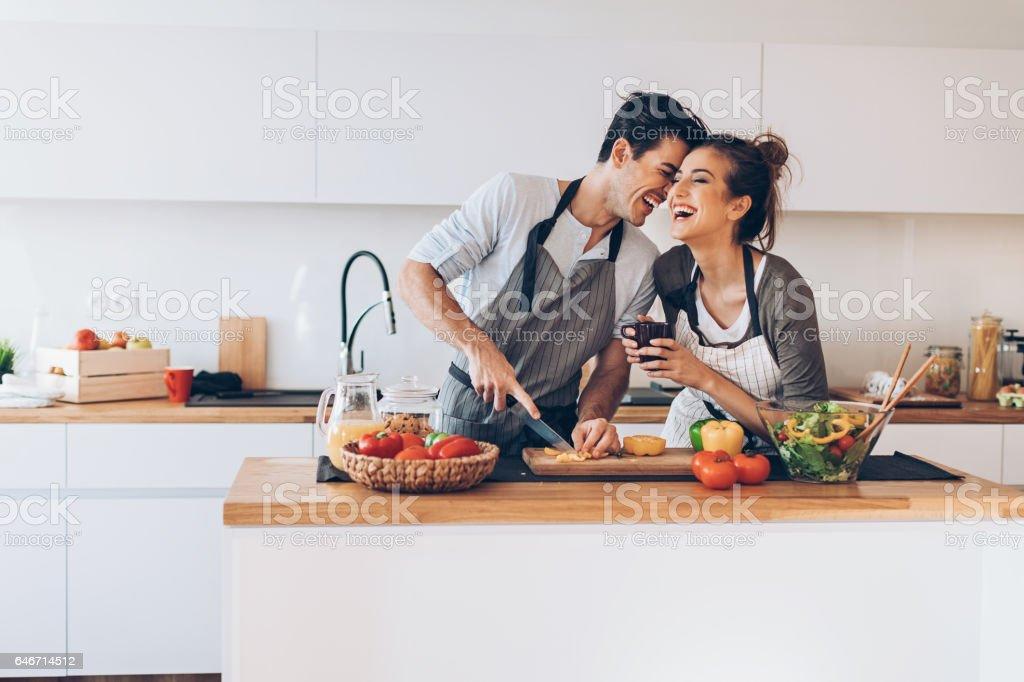 Mutfakta aşık genç Çift - Royalty-free 32 dişini göstermek Stok görsel
