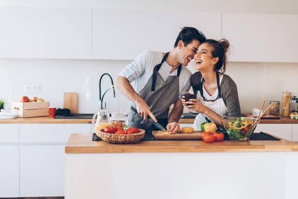 junges paar in liebe in der küche  - junges paar stock-fotos und bilder