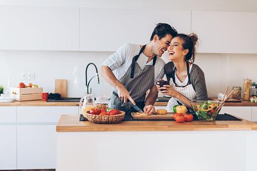 Mutfakta Aşık Genç Çift Stok Fotoğraflar & 32 dişini göstermek'nin Daha Fazla Resimleri