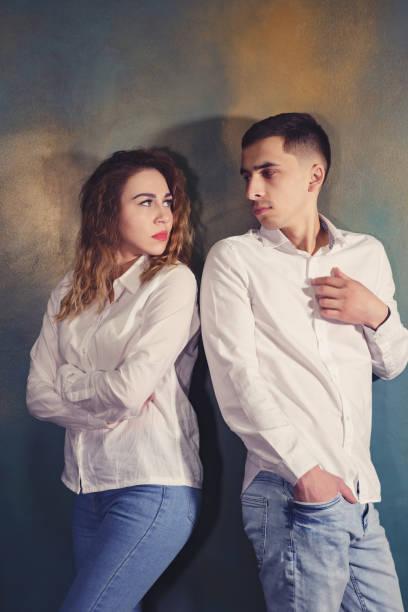 Junges Paar in Liebe Mann und Frau sind beleidigt und schauen sich an – Foto