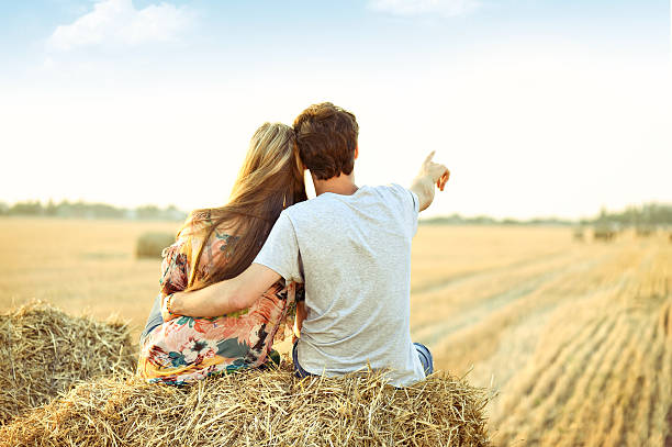 Jeune couple amoureux en plein air. - Photo