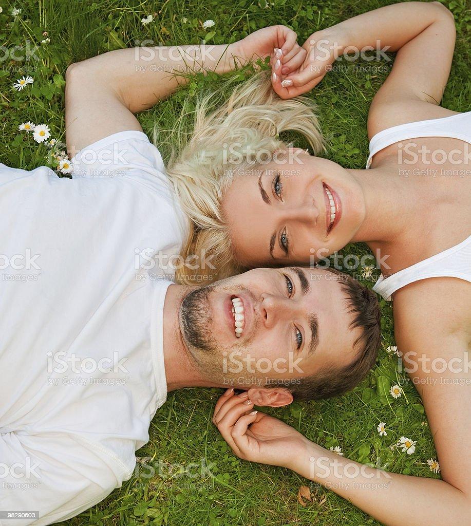 Giovane Coppia in amore all'aperto foto stock royalty-free