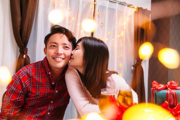 junges paar in liebe  - weihnachten japan stock-fotos und bilder