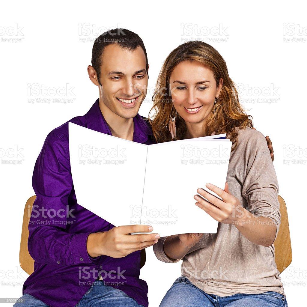Junges Paar in Liebe zusammen eine Broschüre lesen – Foto