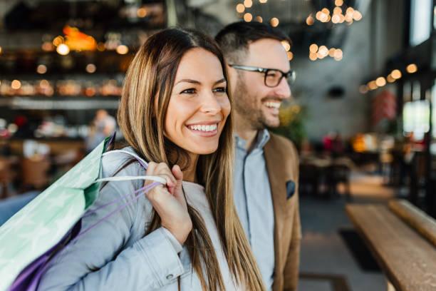 젊은 커플에 쇼핑 - shopping 뉴스 사진 이미지