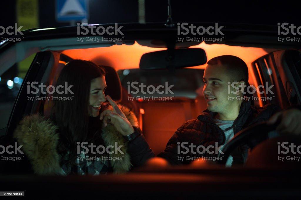 Jeune couple dans la voiture - Photo