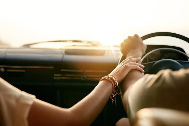 若いカップルは、お車の手をつなぐ ストックフォト