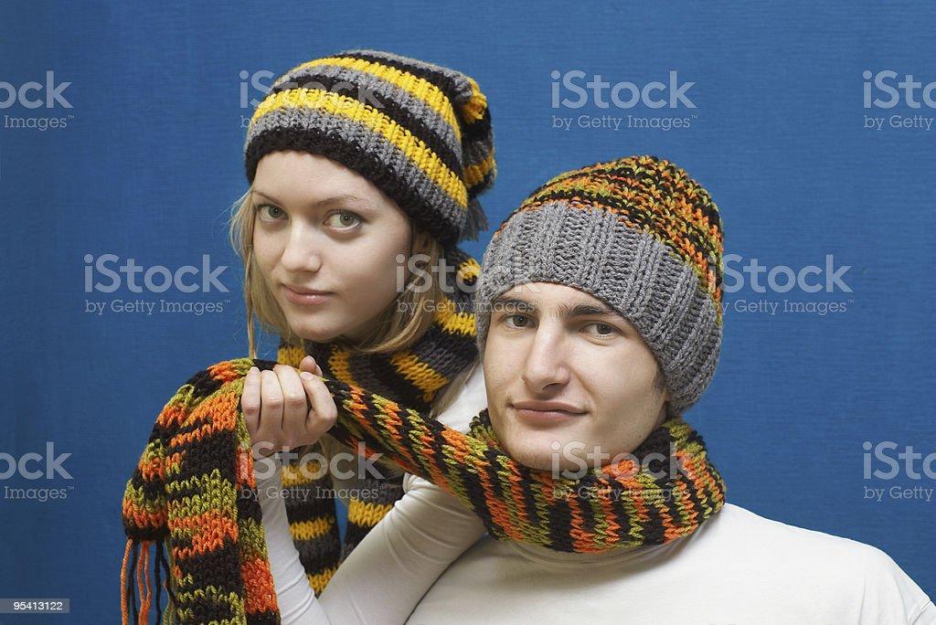 Junges Paar im winter Kleidung Lizenzfreies stock-foto