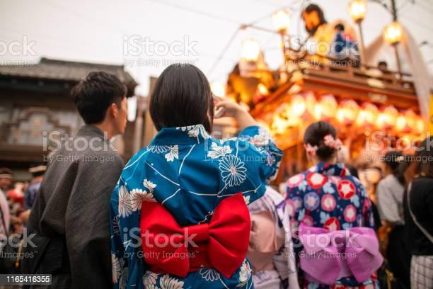 Jeunes couples dans le yukata prenant des photos du défilé de matsuri - Photo de 20-24 ans libre de droits
