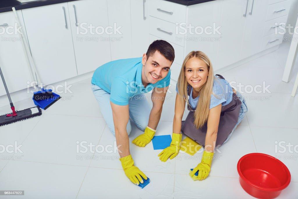 Genç bir çift bir daire temizliği - Royalty-free Adamlar Stok görsel