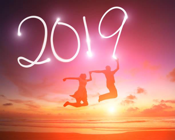 junges Paar springen mit 2019 – Foto