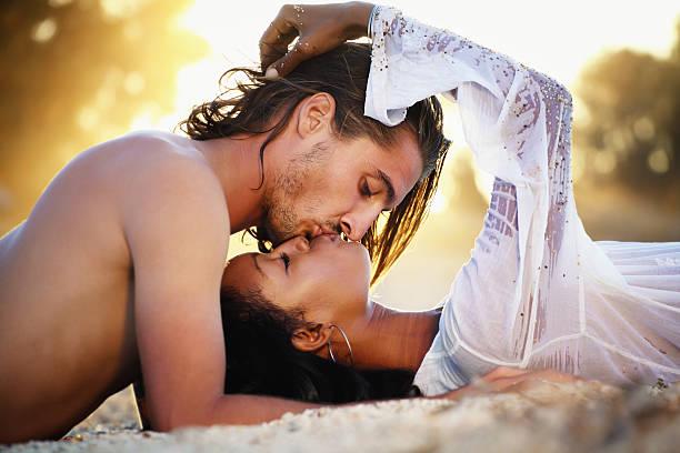 schönes paar bei sonnenuntergang - schwarze romantik stock-fotos und bilder