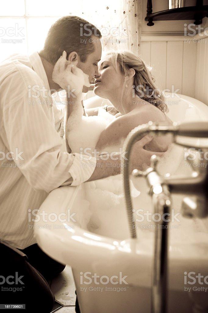 Молодая пара ванной