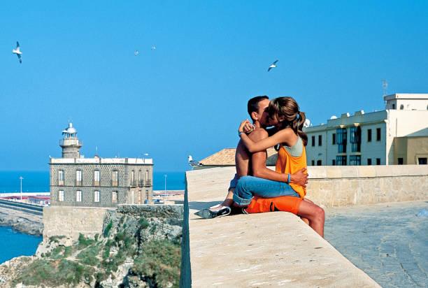 Un jeune couple baiser sur la digue à Melilla vieux - Photo