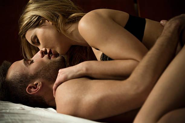 pareja joven beso ferviente - desnudos fotografías e imágenes de stock