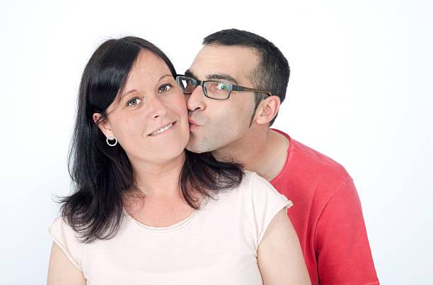 giovane coppia baciare - brunette woman eyeglasses kiss man foto e immagini stock