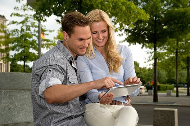 Junges Paar Blick auf ein tablet – Foto