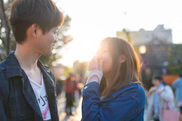 若いカップル、イベントでお互いを見ています。 - ガールフレンド ストックフォトと画像