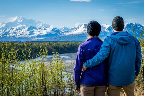 ungt par tittar på mount denali - denali national park bildbanksfoton och bilder
