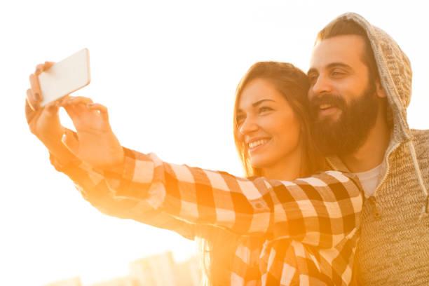 Junges Paar machen eine selfie – Foto