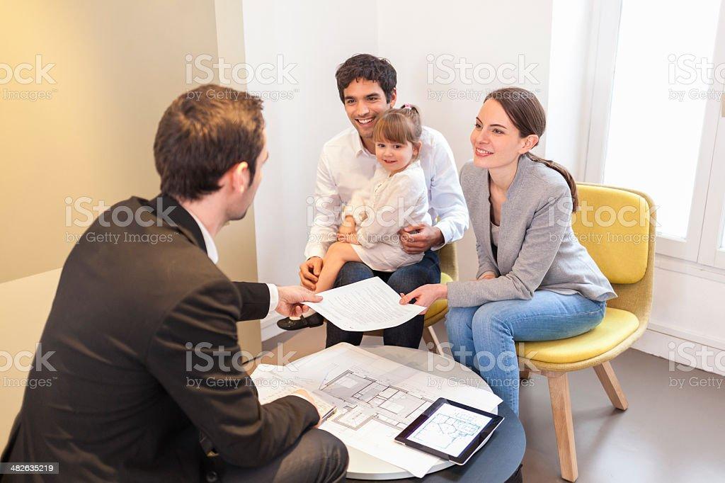 Jeune Couple réunion real-agent immobilier pour l'établissement - Photo