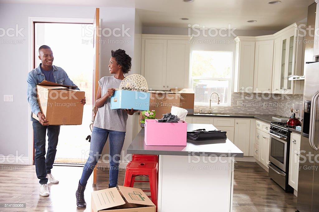 Joven Pareja caminando en nuevo hogar junto - foto de stock