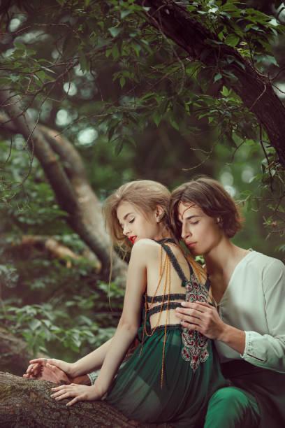 junges paar von elfen in der liebe im freien - elfenkostüm damen stock-fotos und bilder