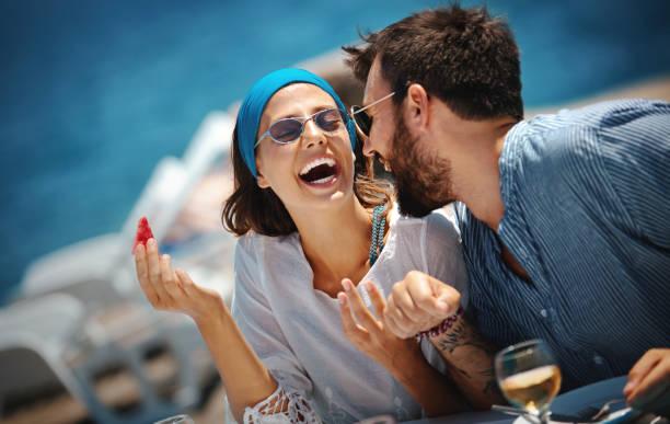 Junges Paar auf einer Segelfahrt. – Foto