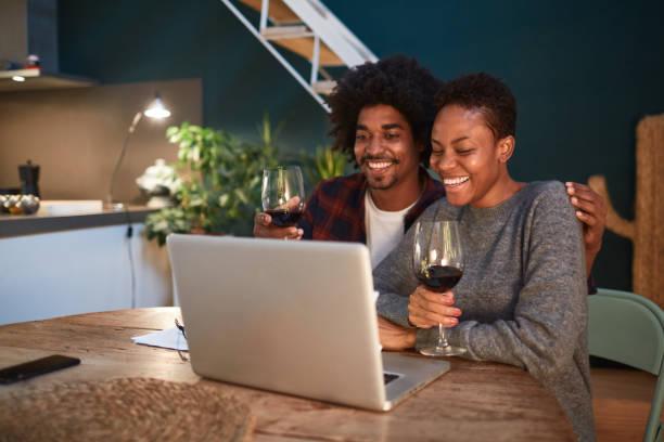 Junges Paar auf einer Videokonferenz zu Hause. – Foto