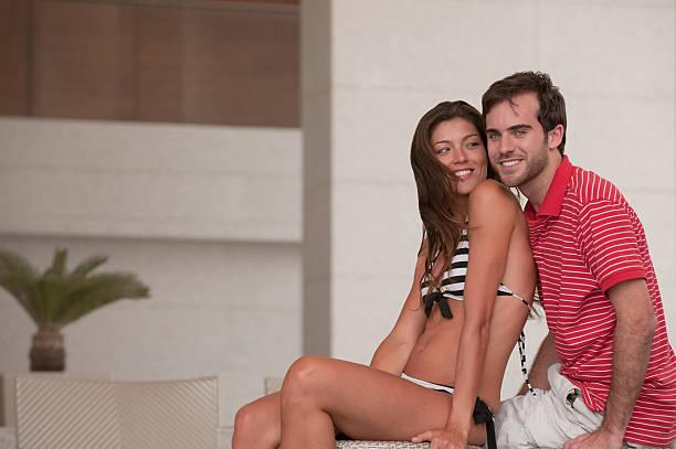 junges paar im urlaub - hochzeitsreise dubai stock-fotos und bilder