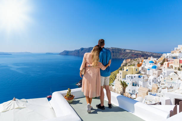 young couple on island of santorini - hochzeitsreise ohne mann stock-fotos und bilder