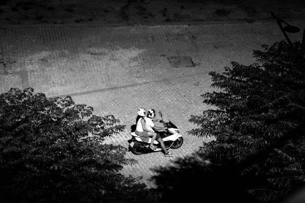 junges paar auf motorroller - bmw roller stock-fotos und bilder