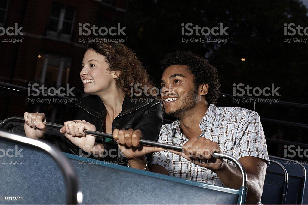Jeune couple de bus à toit ouvert photo libre de droits