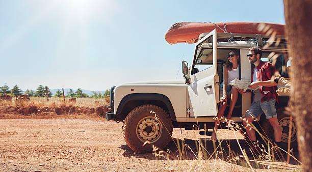 Jeune couple sur voyage de lecture de carte pour les directions - Photo