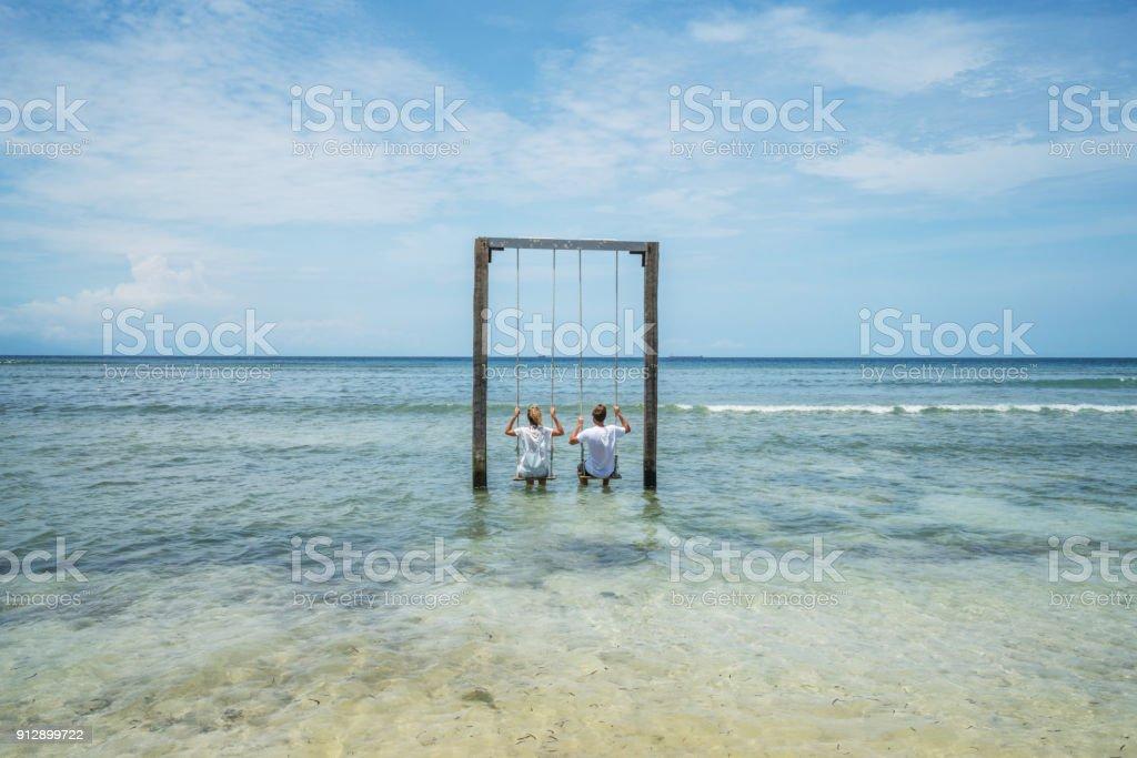 Junges Paar auf Meer Schaukel, Bali, Indonesien – Foto