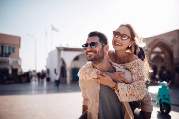 Sırtıma binmek eğleniyor yaz tatillerini üzerinde genç çift stok fotoğrafı
