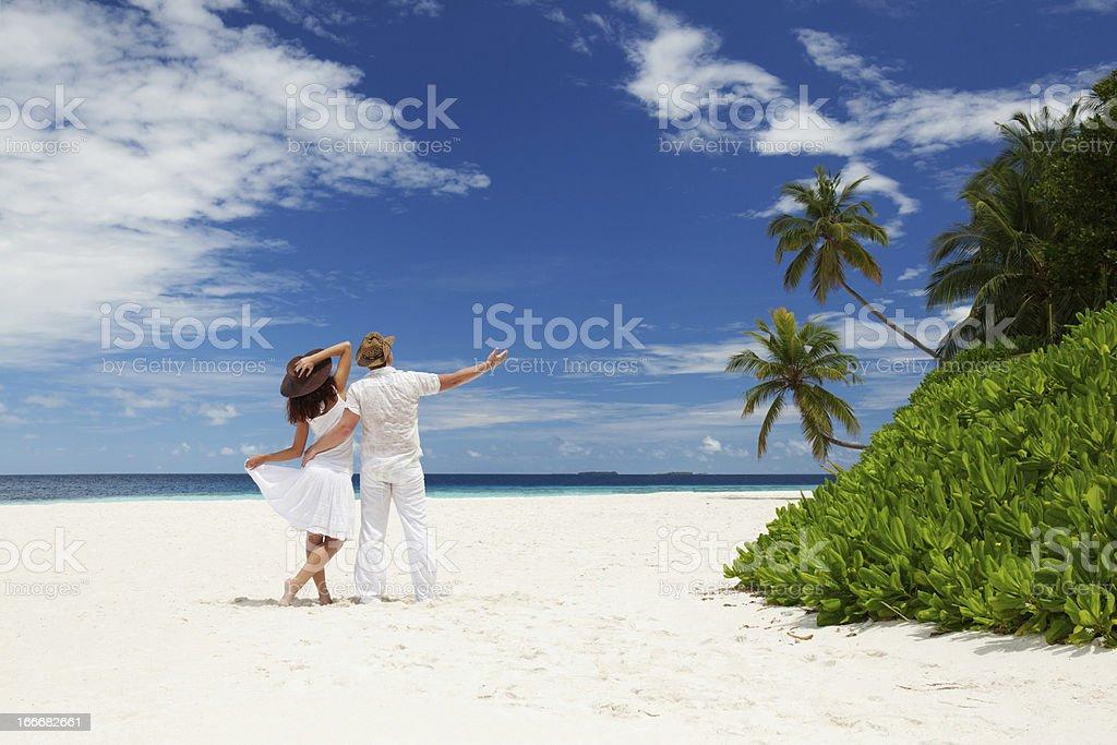 Junges Paar am Strand von Meer – Foto