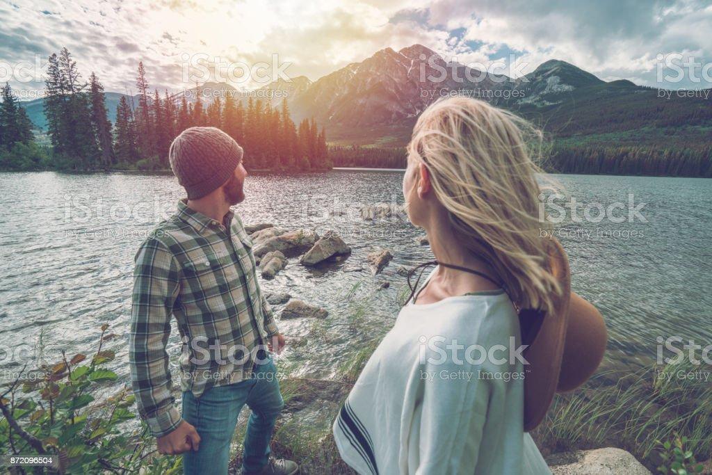 Junges Paar mit Blick auf Berg Lake, Kanada – Foto