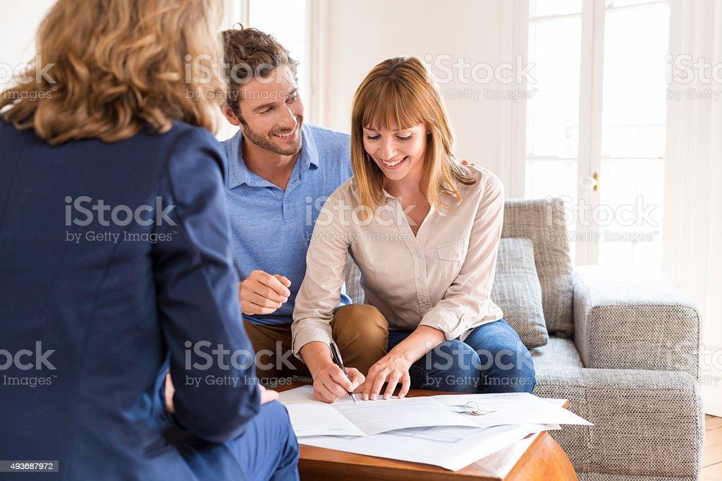 Junges Paar Besitzer meeting real estate agent für house Investitionen – Foto