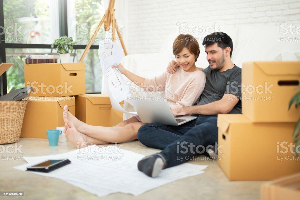 Jovem casal planejando sua nova casa. - Foto de stock de Adulto royalty-free