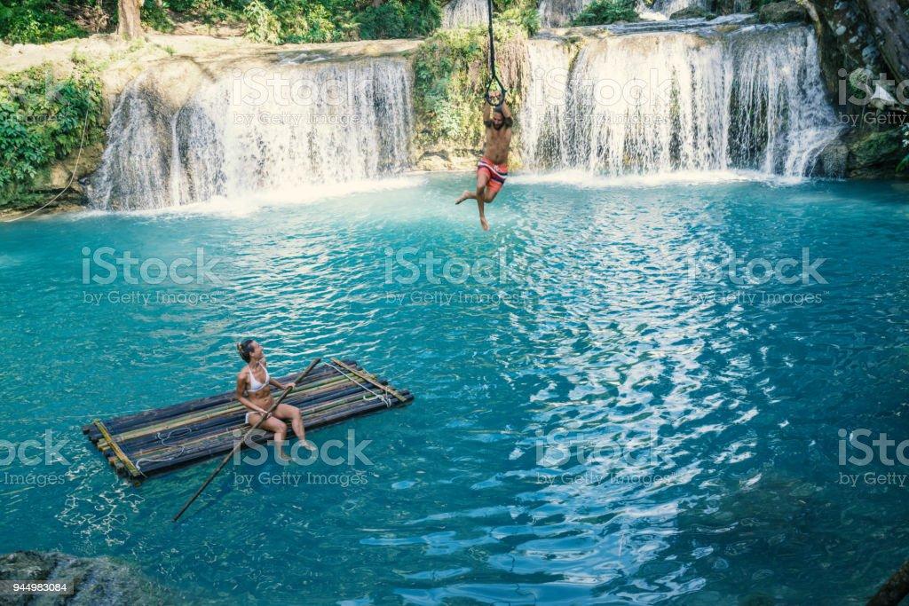 Junges Paar beim Wasserfall auf den Philippinen – Foto