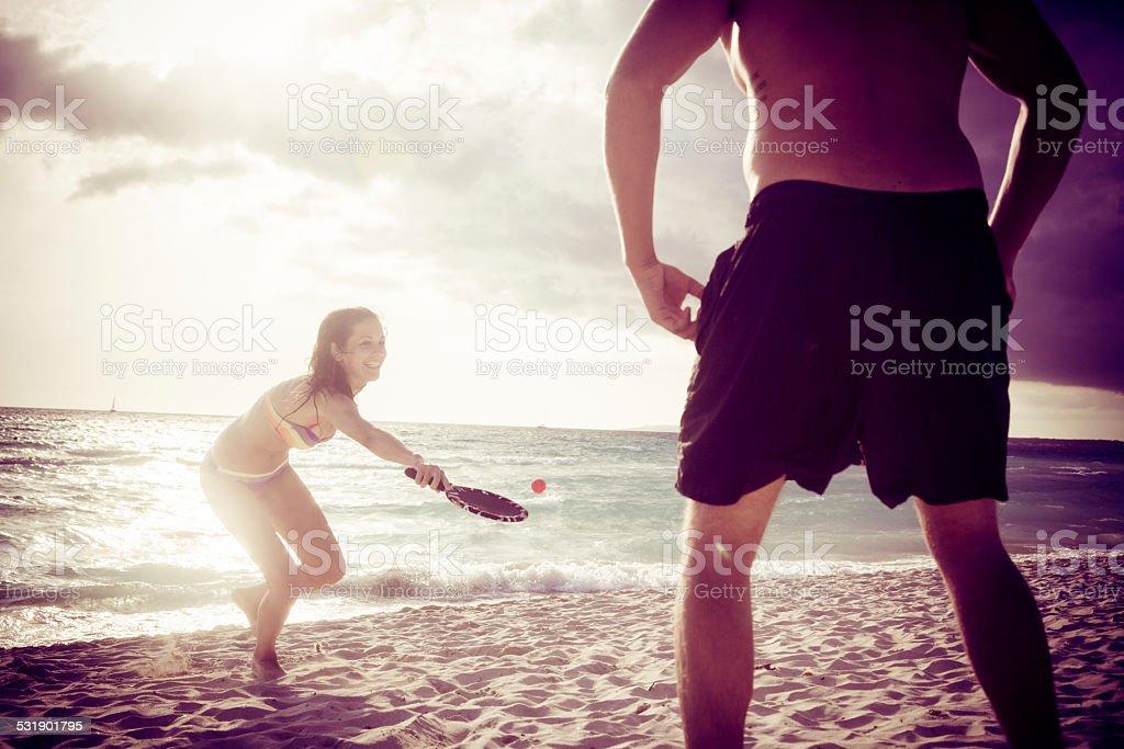 Giovane coppia giocando a beach tennis - foto stock