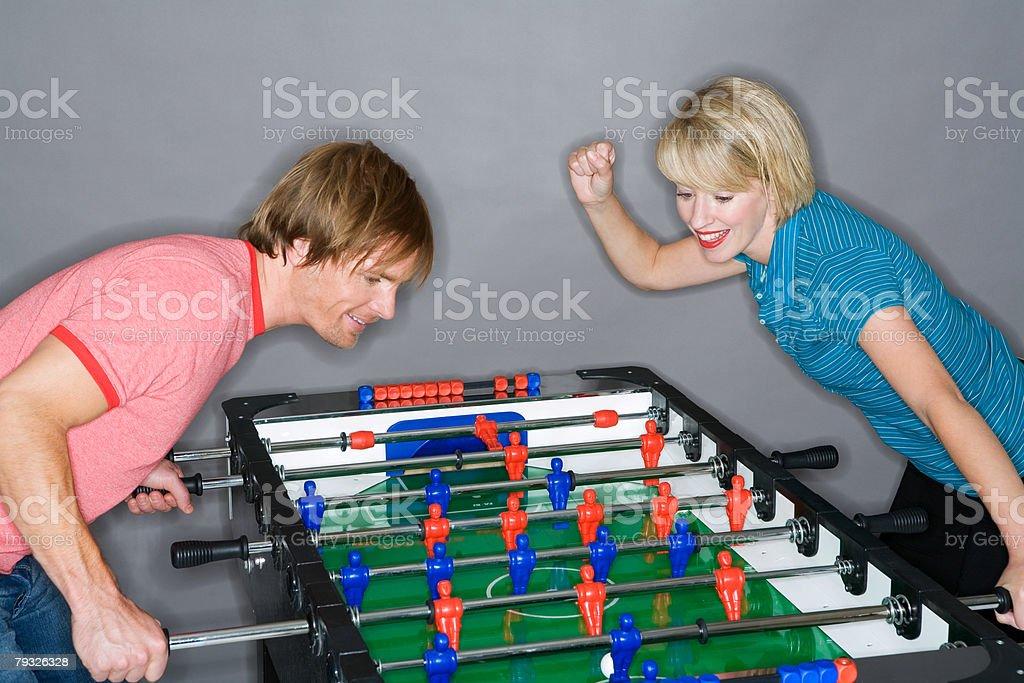 若いカップルがテーブルフットボール ロイヤリティフリーストックフォト