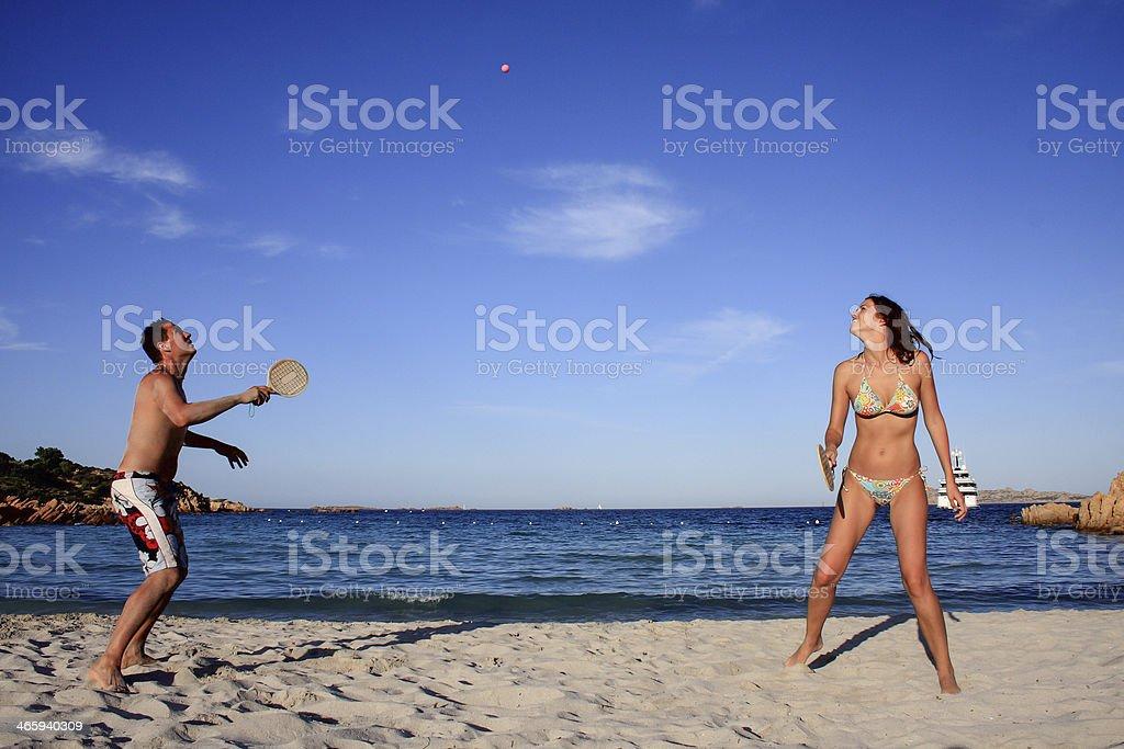 Giovane coppia giocare a tennis sulla spiaggia. - foto stock