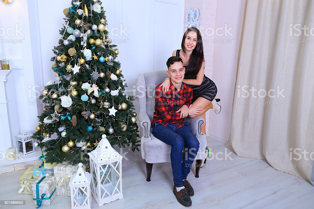 Young couple posing on camera, embrace each other and kissing photo libre de droits