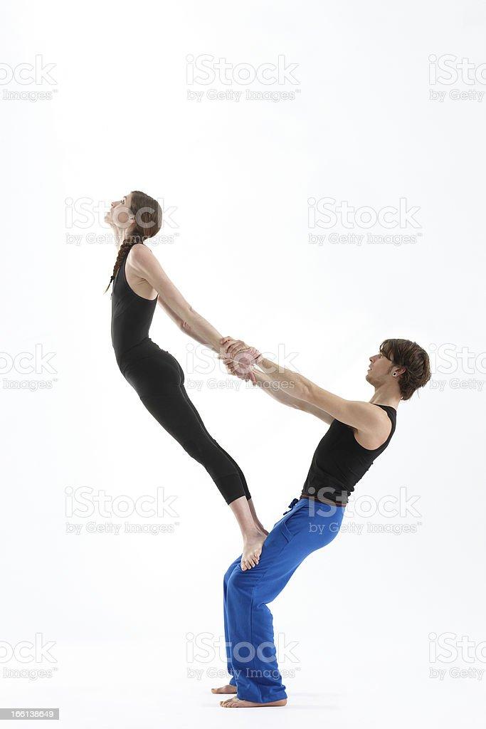 Junges Paar üben acro-yoga – Foto