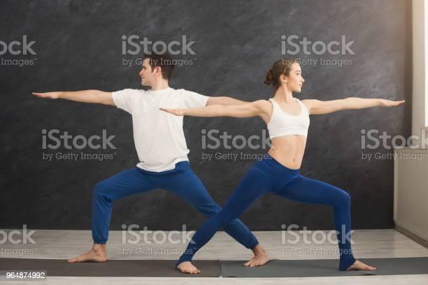 年輕夫婦一起練習瑜伽在健身房 照片檔及更多 一起 照片