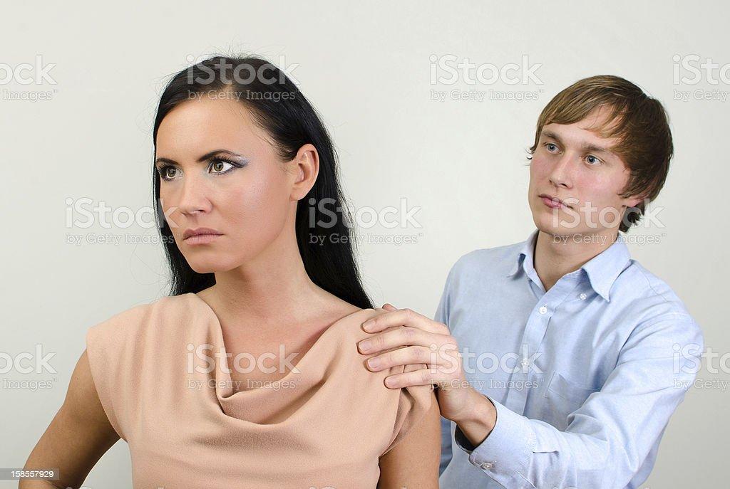 젊은 커플입니다 quarreling. 남자 요청하는 용서. royalty-free 스톡 사진