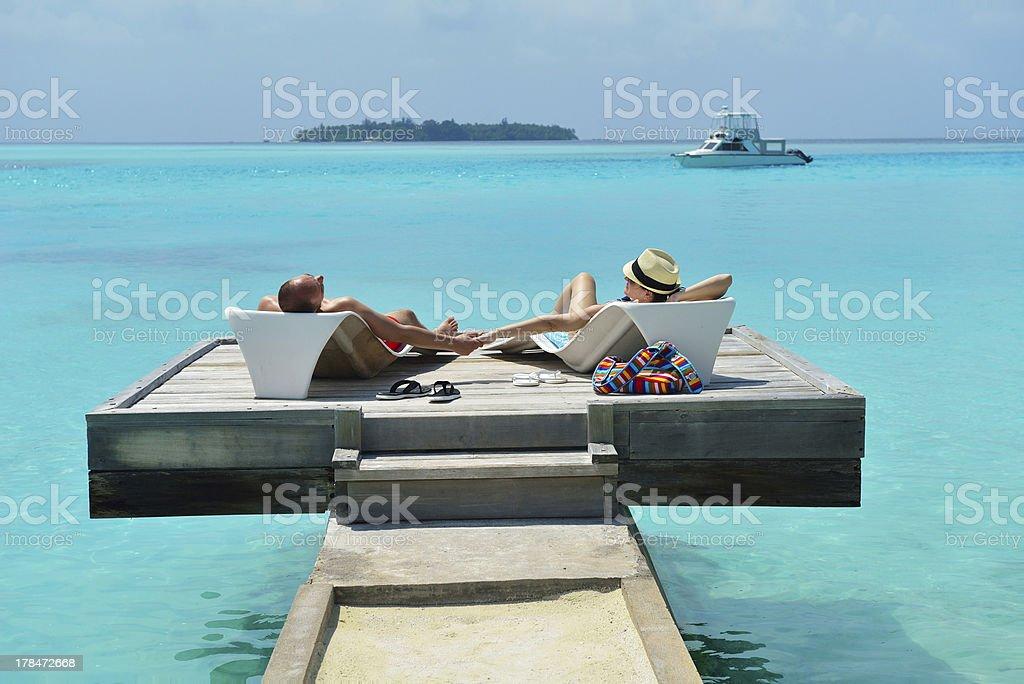 Glückliches junges Paar viel Spaß am Strand – Foto